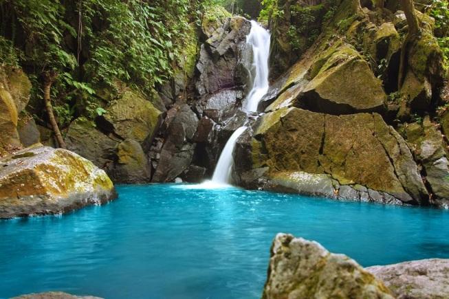 Air Terjun Pria Laot yang Mempesona (Sumber Foto: nomadictrip.com)