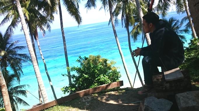 Duduk Santai Menikmati Keindahan Pantai Sumur Tiga