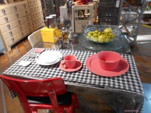 Meja makan cantik di Dulton Studio